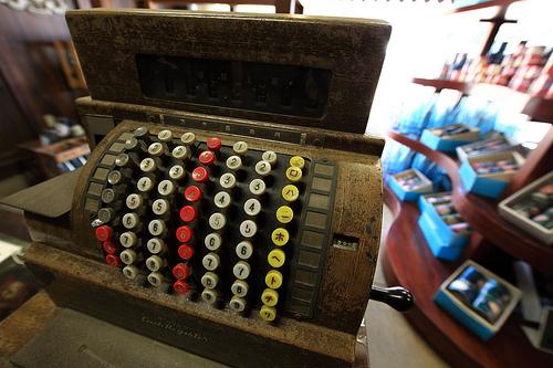 Old cash register / 金銭登録機(きんせんとうろくき)