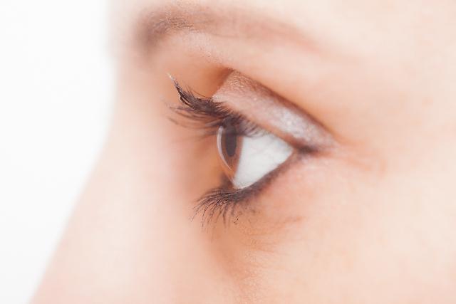 女性の目の画像