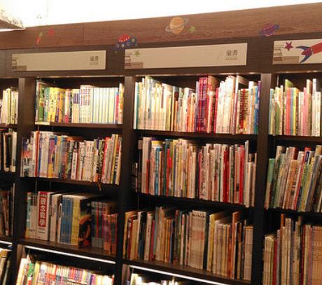 書店の本棚の画像