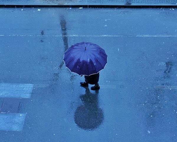 傘を持った人を上から撮影した画像