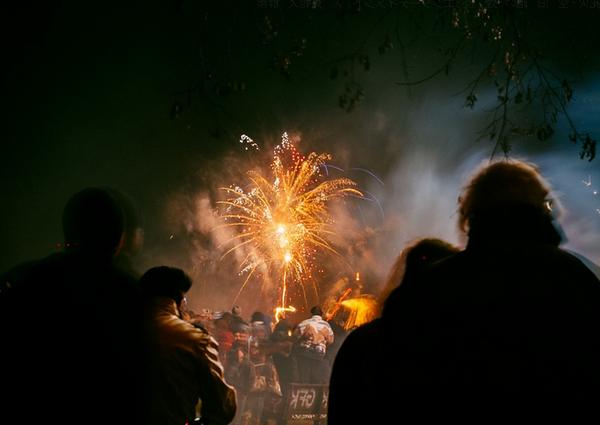 花火を観賞するカップルの画像