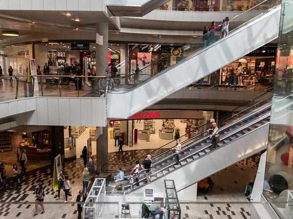 ショッピングモールのエスカレーターの画像